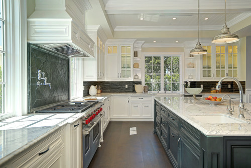 Traditional kitchen by Drexel Luxury Homes